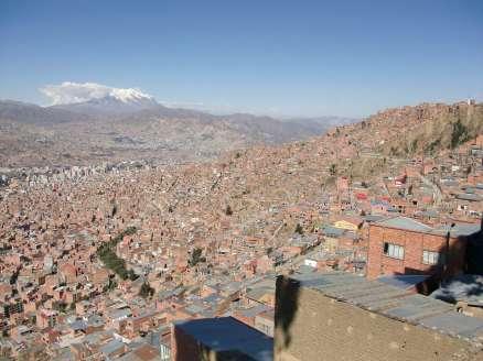 La ville est constuite sur la moindre parcelle de terrain disponible, veillée par le volcan Illimani au loin
