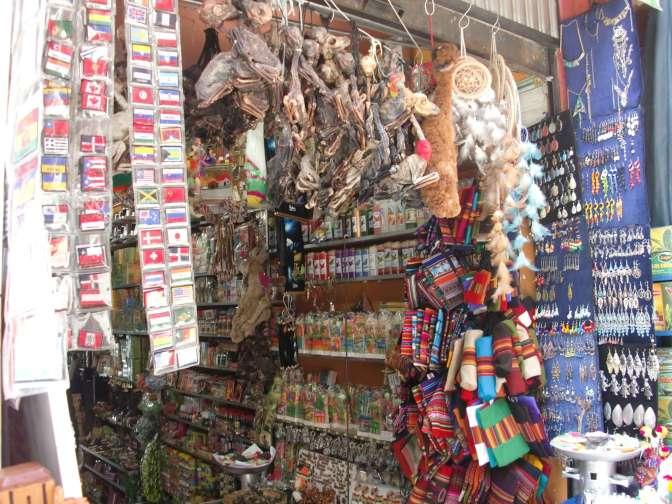 Une boutique de sorcière, pleine d'amulettes, de babioles, de remèdes étrangement prometteurs et le fœtus de lamas suspendus au plafond.