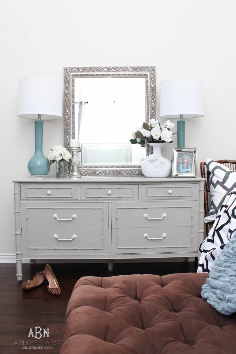 Follow this simple tutorial on how to use chalk furniture paint to makeover a piece of furniture. Such a gorgeous chalk furniture paint dresser makeover by A Blissful Nest. https://ablissfulnest.com/ #chalkpainttutorial #chalkpaintmakeover #dresser #furnituremakeover #bedroomideas