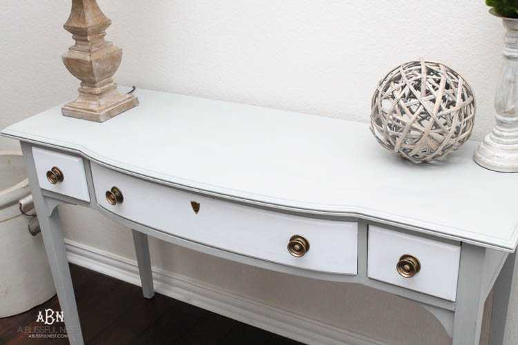 What an amazing before and after on this thrifted desk! Such a great idea. More on https://ablissfulnest.com/ #deskmakeover #chalkfurniturepaint