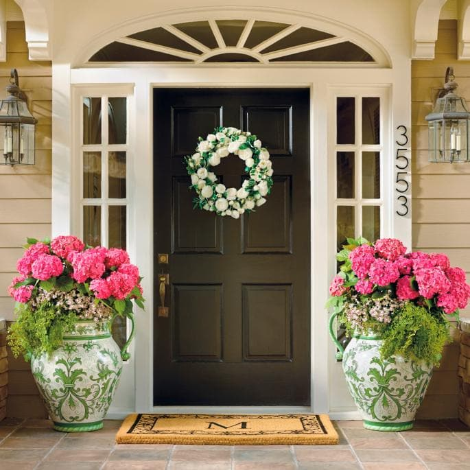 These oversized urns are incredible! #spring #springporch #springdecorating #springfrontporch