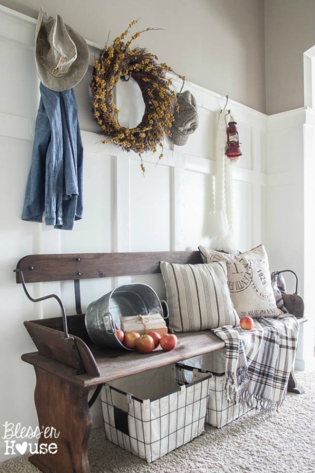 Adore this fall entryway by Bless'er House. Grab the best fall entryway ideas on https:ablissfulnest.com/ #falldecor #falldecorating #fallentrydecor