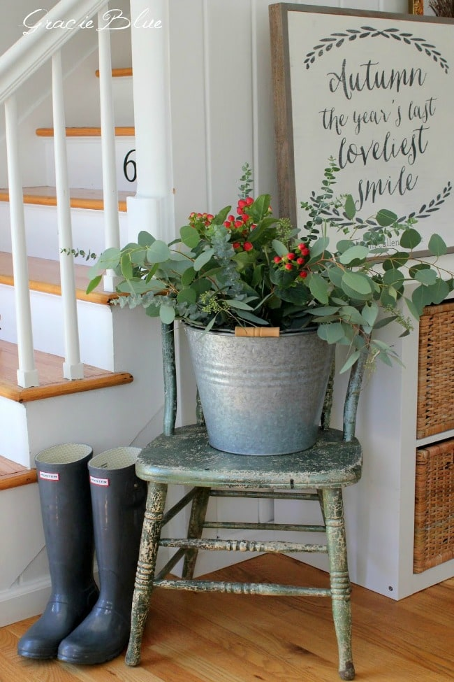 Adore this fall entryway by Gracie Blue. Grab the best fall entryway ideas on https:ablissfulnest.com/ #falldecor #falldecorating #fallentrydecor