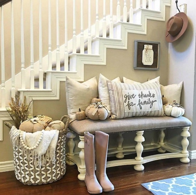 Adore this fall entryway by The Downtown Aly. Grab the best fall entryway ideas on https:ablissfulnest.com/ #falldecor #falldecorating #fallentrydecor