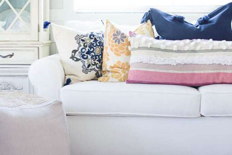 My three tips that will help you choose and style throw pillows without the stress are on the blog, head over to https://ablissfulnest.com #pillowstyling #interiordesigntips #throwpillow #livingrooms