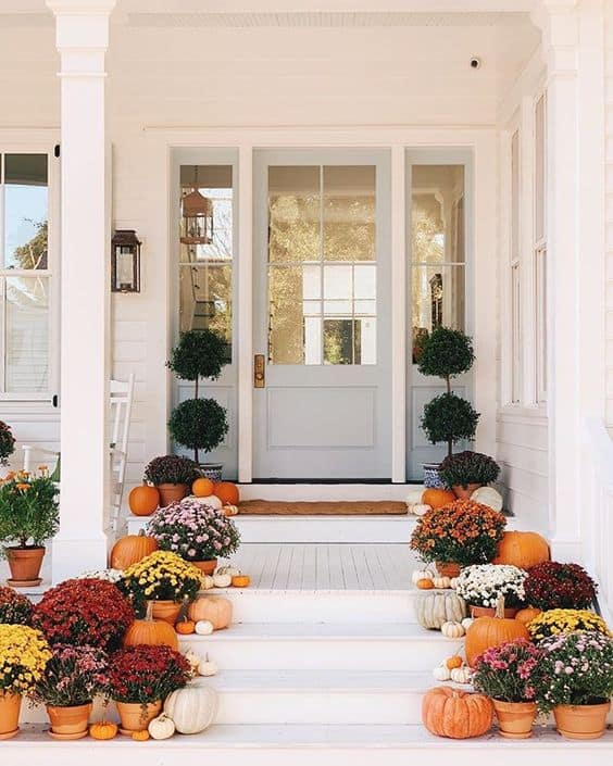 Love the simple mums in the pots with pumpkins for a gorgeous fall front porch!