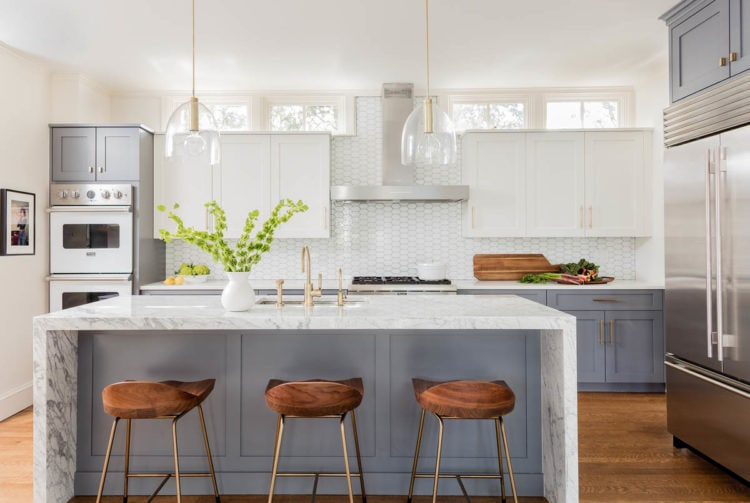 Love the gorgeous modern farmhouse details of this kitchen!