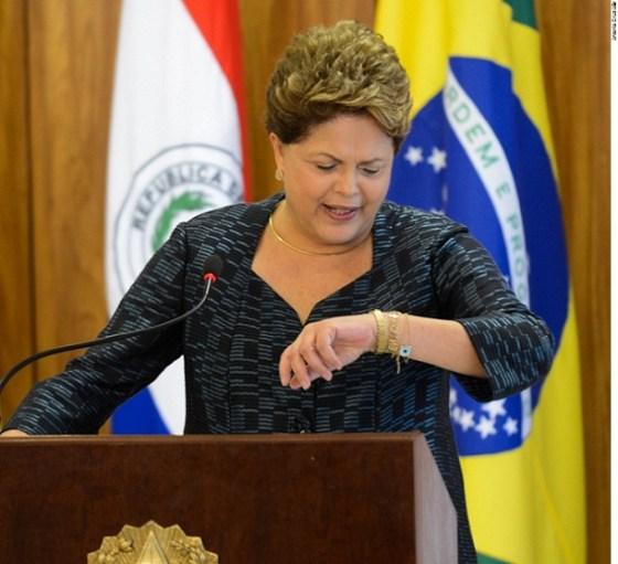 Dilma Rousseff olhando o relógio