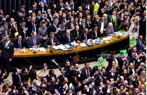 Deputados aprovam parecer do relator para impeachment da petista Dilma Rousseff.