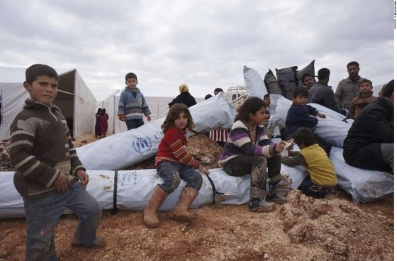 Esta foto de 2013 mostra ajuda humanitária chegando aos deslocados internos de Azzas, região localizada ao norte da Síria