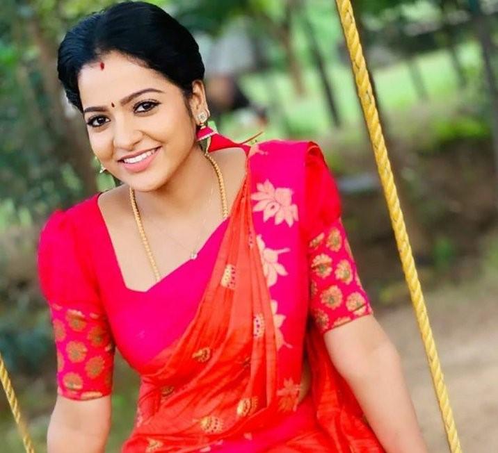 लोकप्रिय तमिल टीवी अभिनेत्री, वीजे, चित्रा ने आत्महत्या की जो धारावाहिक 'पांडियन स्टोर्स' में अपनी भूमिका के लिए जानी जाती है।