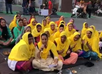 """किसान विरोध: पीली दुपट्टा में महिलाओं ने गीत गया: """"मै चा विच पाइ इलाची, मोदी दी चलन नी देनि चलाकी। जी, तुस्सी की पियोंगे ? """""""