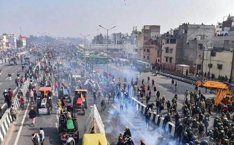 प्रदर्शनकारी किसानों ने पुलिस पर बर्बरता और उकसाने का आरोप लगाया