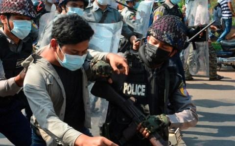 म्यांमार में  प्रसिद्ध प्रदर्शनकारी नेताओ को हिरासत में लिया गया