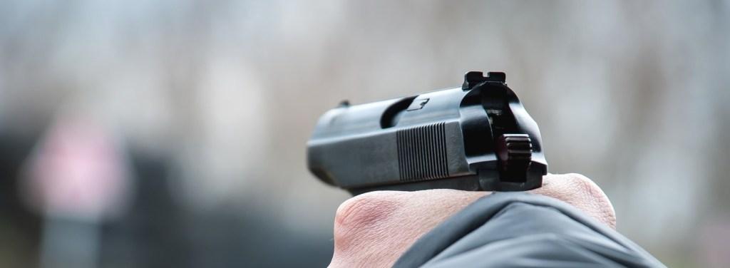 apuntando con pistola