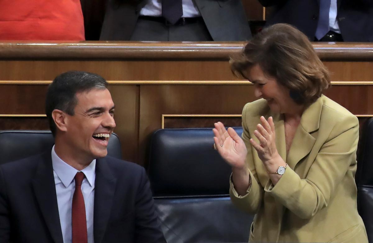 Carmen Calvo, junto a Pedro Sánchez, en el Congreso de los Diputados