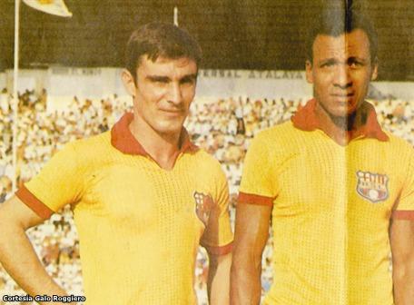 Basurko con Alberto Spencer (d), autor del pase gol al cura.