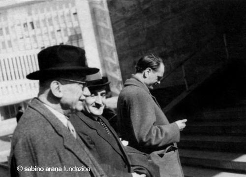 """Una foto para la Historia. En su reverso tiene escrito del puño y letra del Lehendakari Aguirre lo siguiente: """"Entrado con el Presidente Robert Schuman en el metro de Berlín Este en la visita secreta a dicho sector verificada el 23 de marzo de 1956 con ocasión de la reunión democristiana tenida en Berlín Oeste los dias 21 a 25 de marzo"""""""