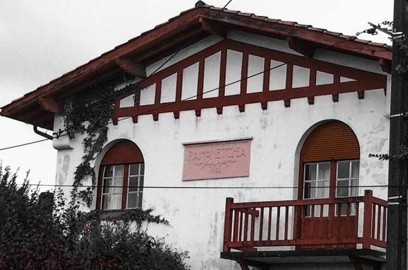 25 residências com nomes próprios na porta em uma única rua. Sain Jean de Luz