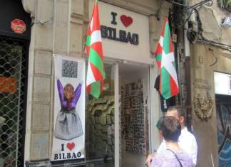 Sue y Dave ante una tienda de recuerdos del Casco Viejo de Bilbao