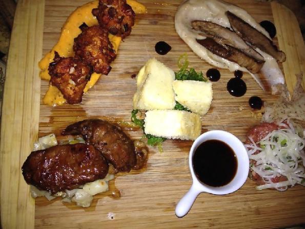 """Assorted pintxos (Fish fritters, beef cheeks, beef tartare, tofu tempura, pork cheek) at Les Vilains Garcons. No sabemos qué pensaría un vasco si le ponen como """"pintxos"""" esa tabla con comida. Pero seguro que nada bueno (fotografía  Peter Hum)"""
