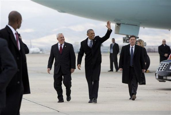 el Presidente Obama y el alcalde Bieter descendiendo del Air Force One (Fotografía: Carolyn Kaster)