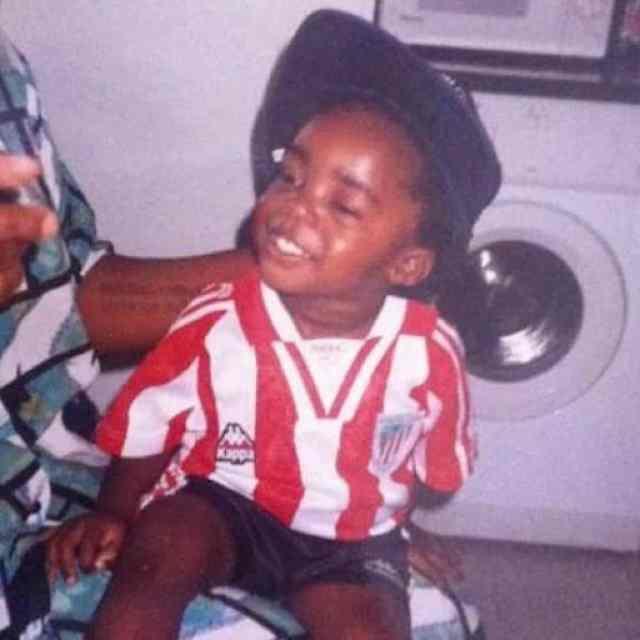 Iñaki Williams de niño con la camiseta del Athletic