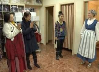 En los programas se presta especial atención a la cultura tradicioanl vasca. En esta imagen se ve a las protagonistas del viaje, observando un traje tradicional de Araba