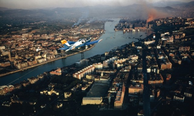 A plane over Bilbao in 1986, when the city was experiencing serious economic difficulties following the decline of its industry. En realidad la foto es de 1968  Photograph: Imacon X5/National Geographic/Getty Images