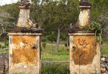 entrada original a la Hacienda Uxmal en Yukatan con sus lauburus
