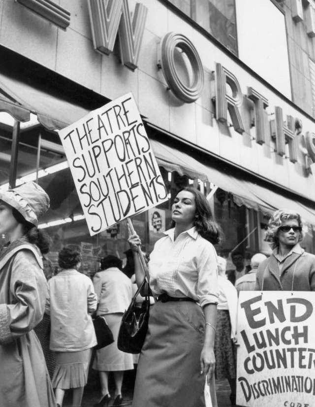 Yolande Betbeze manifestándose en New York en 1960 en contra de la discriminación racial