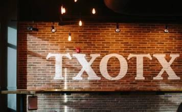 """Una pared de la sidrería de Carolina del Norte, Black Twig Cider House, con la palabra """"txotx """""""