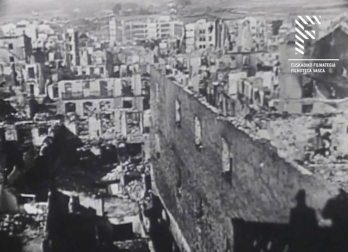 Gernikako Bonbardaketaren ondorioak ikuskatu daitezkeen Elai-alai dokumentalaren fotograma (1938)