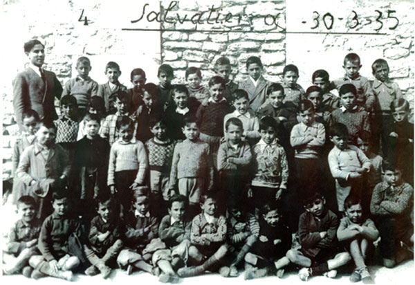 The children at the Agurain school: an example of a generation that would become our parents and grandparents.
