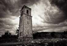"""La torre de Ochate, construida en 1234, es uno de los pocos sitios que permanecen en pie en el """"pueblo maldito""""."""
