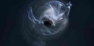 """Fotografía que ilustra el símil de un electrón atrapado """"bailando"""" alrededor del núcleo atómico. (Créditos - Fotografía: López de Zubiría / Dirección de arte: Santos Bregaña / Bailarina: Itsaso Gabellanes)"""