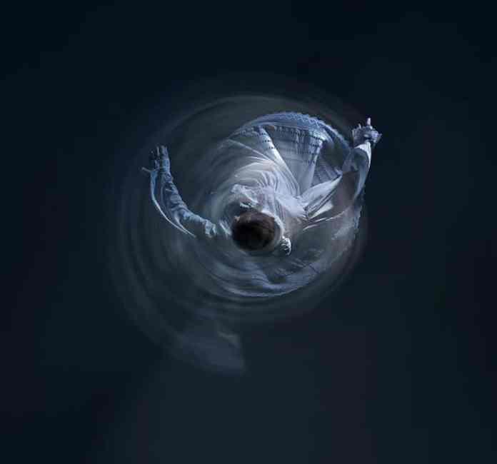 """Elektroi bat, nukleo atomiko baten inguruan """"dantzan"""" harrapatua adierazten duen argazkia. (Kredituak – Argazkia: López de Zubiría / Arte zuzendaria: Santos Bergaña / Dantzaria: Itsaso Gabellanes)"""