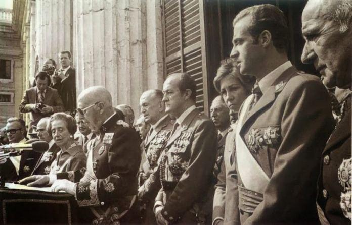 Franco diktadorea 1975eko urriak 1eko bere azken agerraldian, bere erregimeneko autoritateengatik inguratua