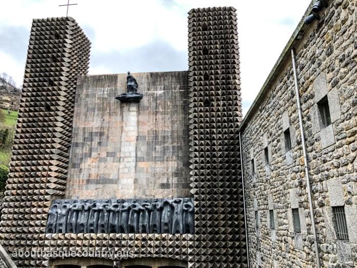 Fachada del Santuario de Nuestra Señora de Arantzazu con los 14 de Apóstoles y la Piedad