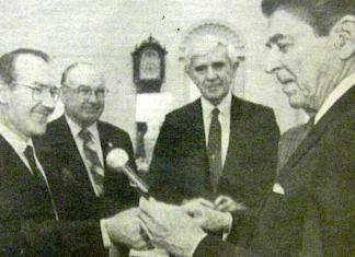 El presidente Reagan recibe al lehendakari Ardanza en la Casa Blanca. Ante la atenta mirada de Paul Laxalt, senador de los USA, y de Pete Cenarrusa, secretario de estado de Idaho. Ambos miembros de la comunidad vasco-americana (marzo de 1988)