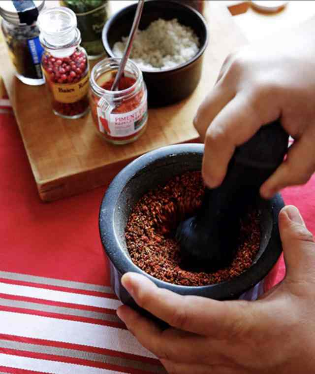 The seasoning is made by blending red chili pepper from the Basque Country with salt and other ingredients and grating until nicely mixed. (Photo by Masahiro Gohda)