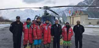 El Montañero vasco Alex Txikon y su equipo de rescate.