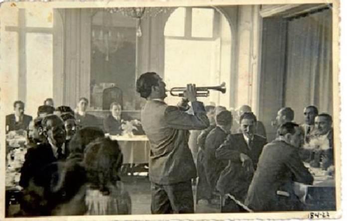 Txomin Letamendi con la trompeta y al fondo el Lehendakari Agirre. Paris.