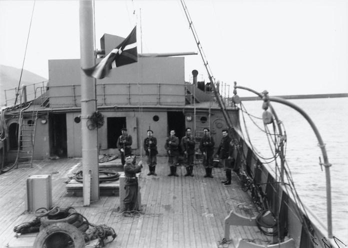 Izada de la Ikurriña en el Bou Gipuzkoa, unidad de la Armada Auxiliar de Euzkadi. Febrero 37 poco antes de la Batalla de Cabo Matxitako