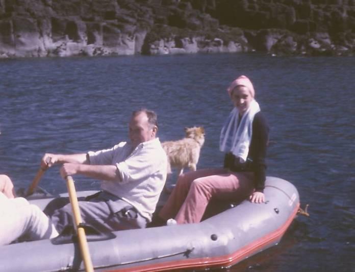 Magda Sagarzazu y su aita en la isla de Canna