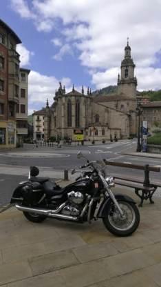 Junto a la Iglesia de Balmaseda. Puntos de Vista. John R. Bopp por Bizkaia en moto