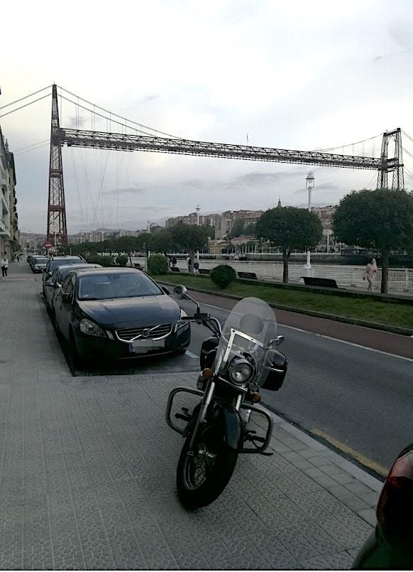 Ante el Puente Bizkaia. Puntos de Vista. John R. Bopp por Bizkaia en moto