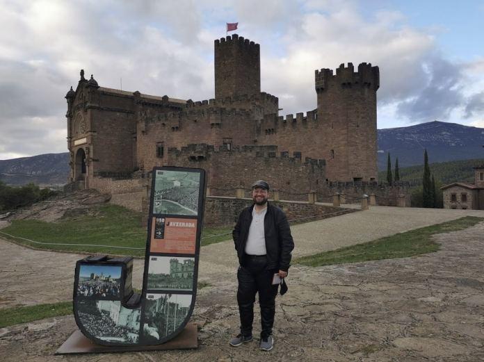 John R. Bopp ante el castillo de Javier