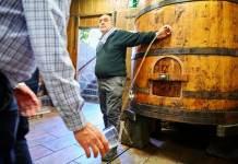 La sidra se escancia de un barril en la Sidrería Barkaiztegi, donde la misma familia ha producido sidra desde 1680.  FOTOGRAFÍA DE AGEFOTOSTOCK, ALAMY STOCK PHOTO