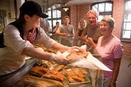 Die Mitarbeiter haben immer einen guten Tipp für das heimische Mittagessen ihrer Kunden © Fiedlers Fischmarkt